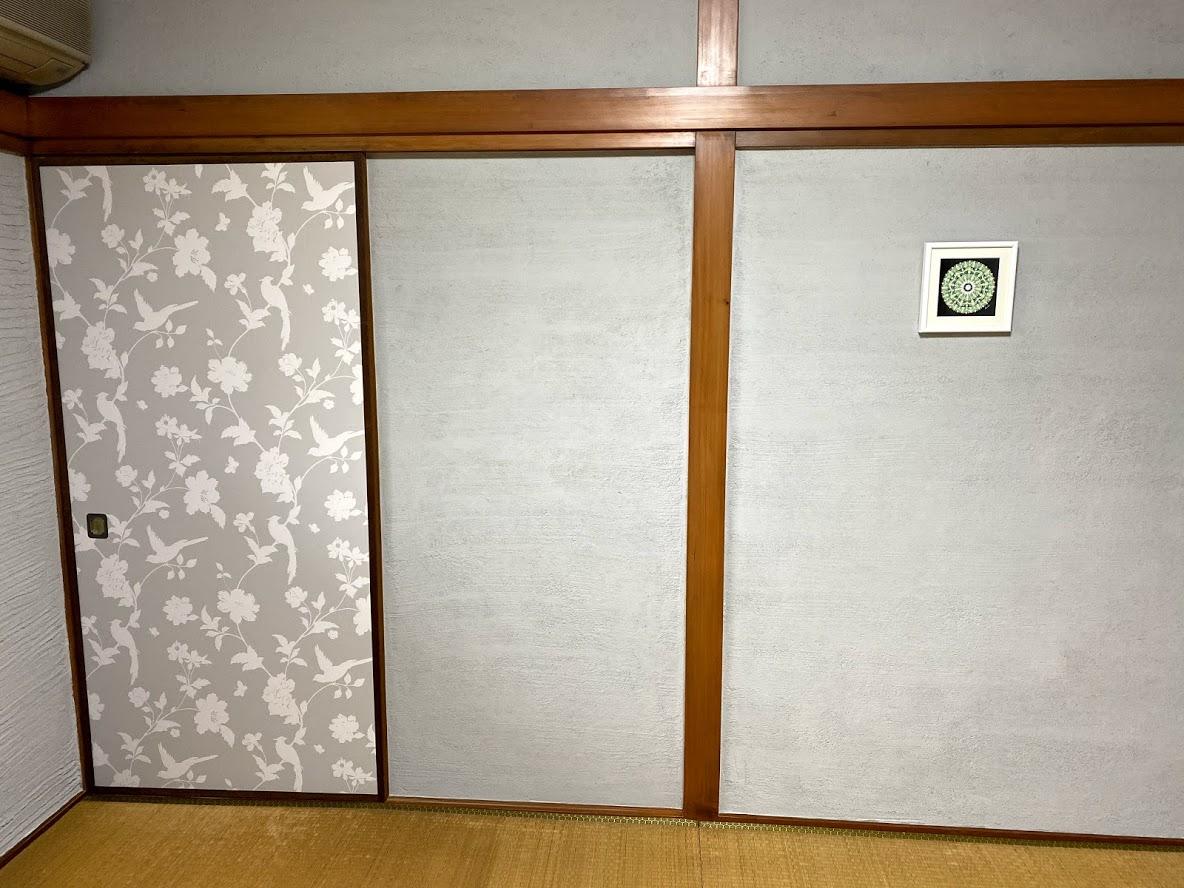 戸襖をおしゃれな壁紙で貼り替えよう 1万円以内でインテリアの力で気持ちをupしよう シリーズvol8 ミヤカグ 広島 工場併設インテリアショップ 無垢家具 雑貨 内装リフォーム